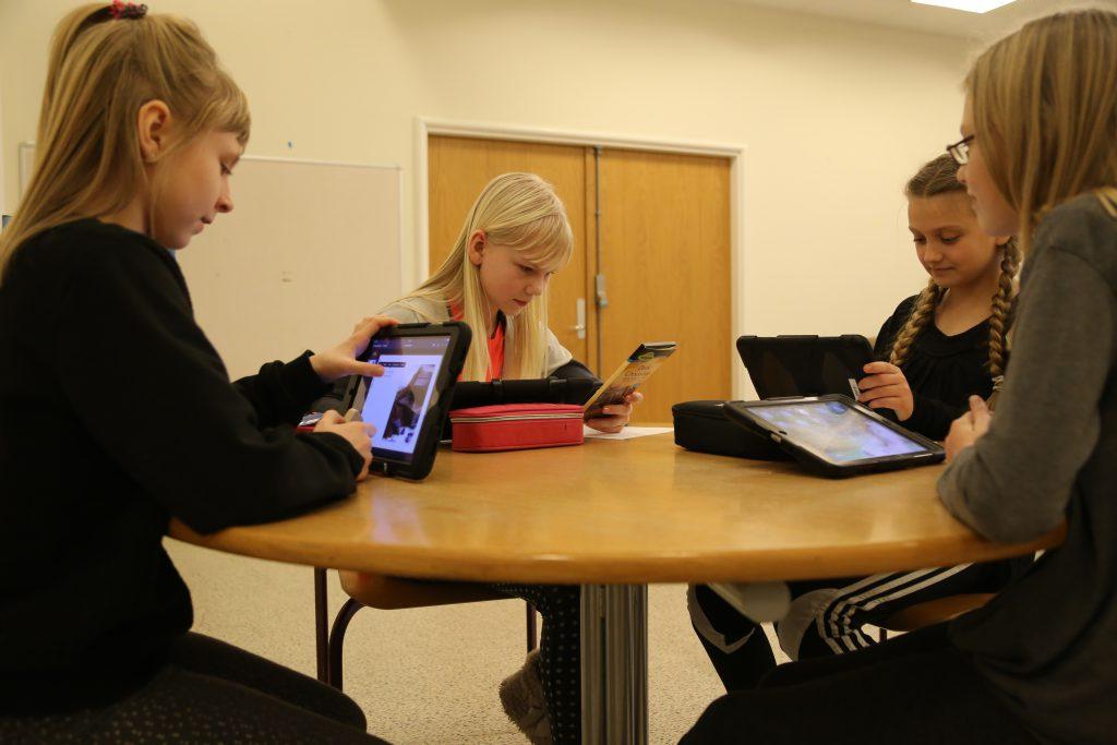 Elever der arbejder på deres iPad
