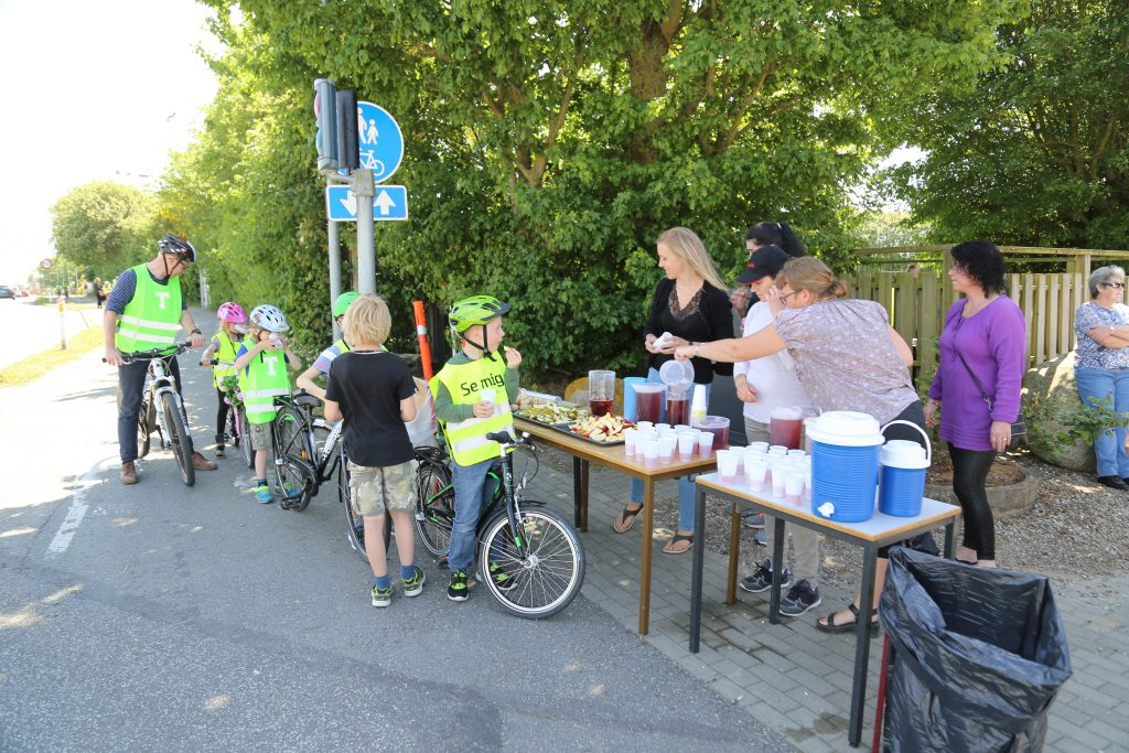 Forældre & personale sørger for saft og frugt til de cyklende elever