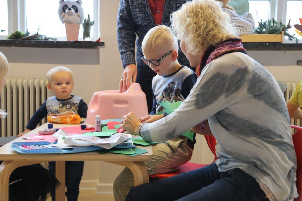De kommende skolebørn deltager også i juleklipperiet