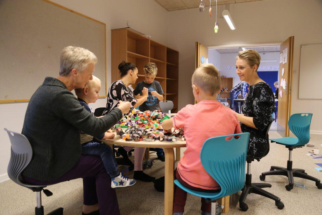 Både forældre og bedsteforældre deltager aktivt i juleklipperiet