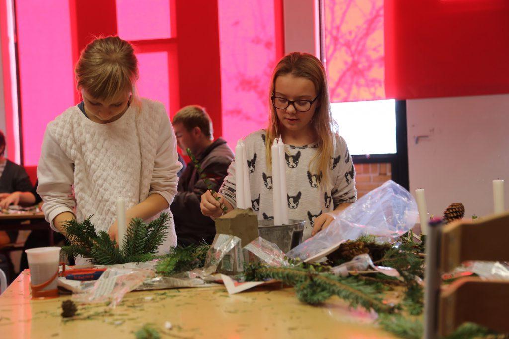 Pigerne fra Andromeda laver juledekorationer