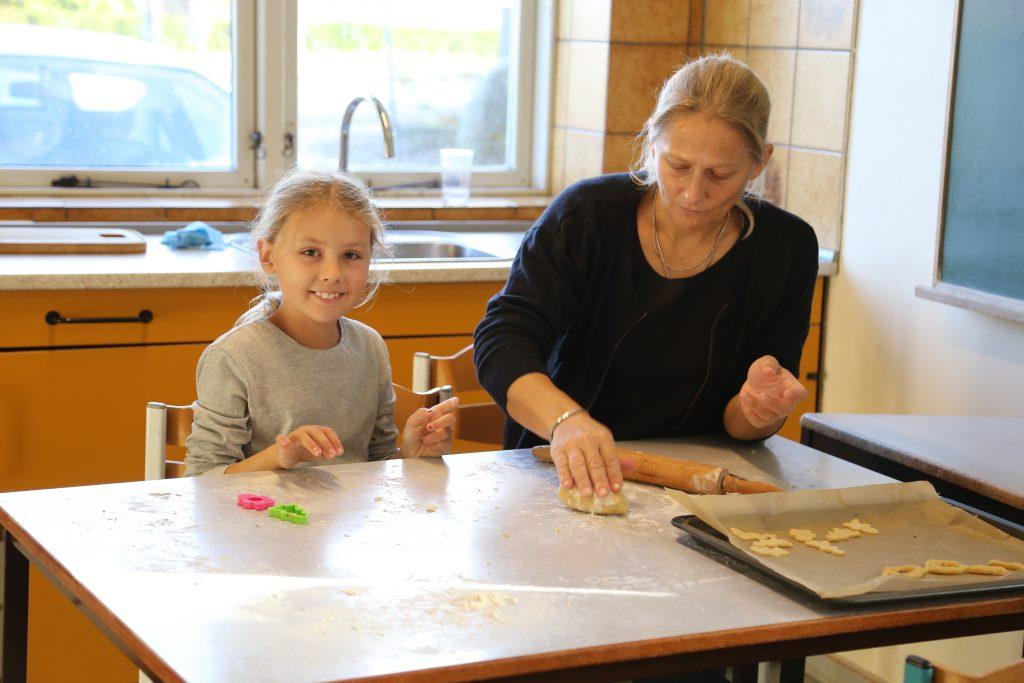 Forældrene hjælper med julebageriet