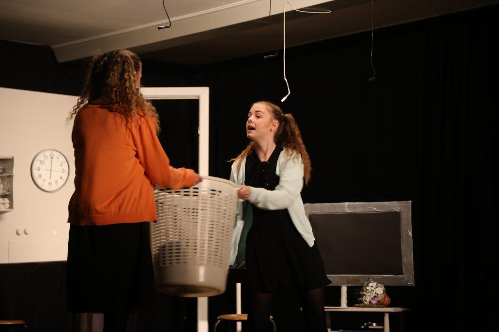 Mia & Pia skændes om vasketøjskurven