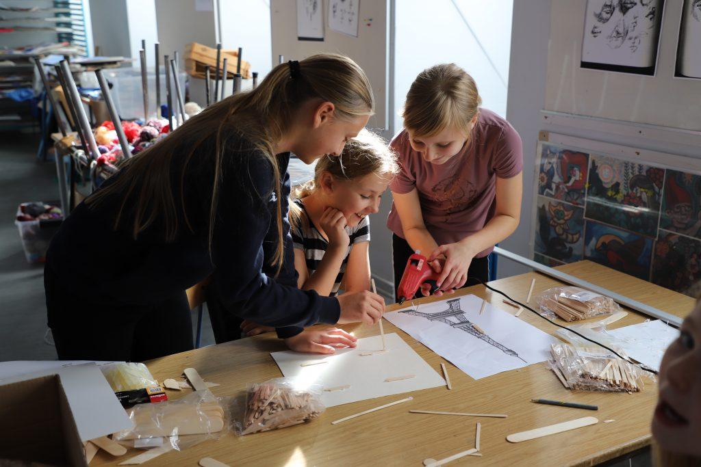 I Frankrig gruppen arbejdes der på en model af Eifeltårnet