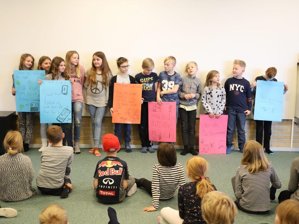 Elever fra Herkules præsenterer til morgensamling