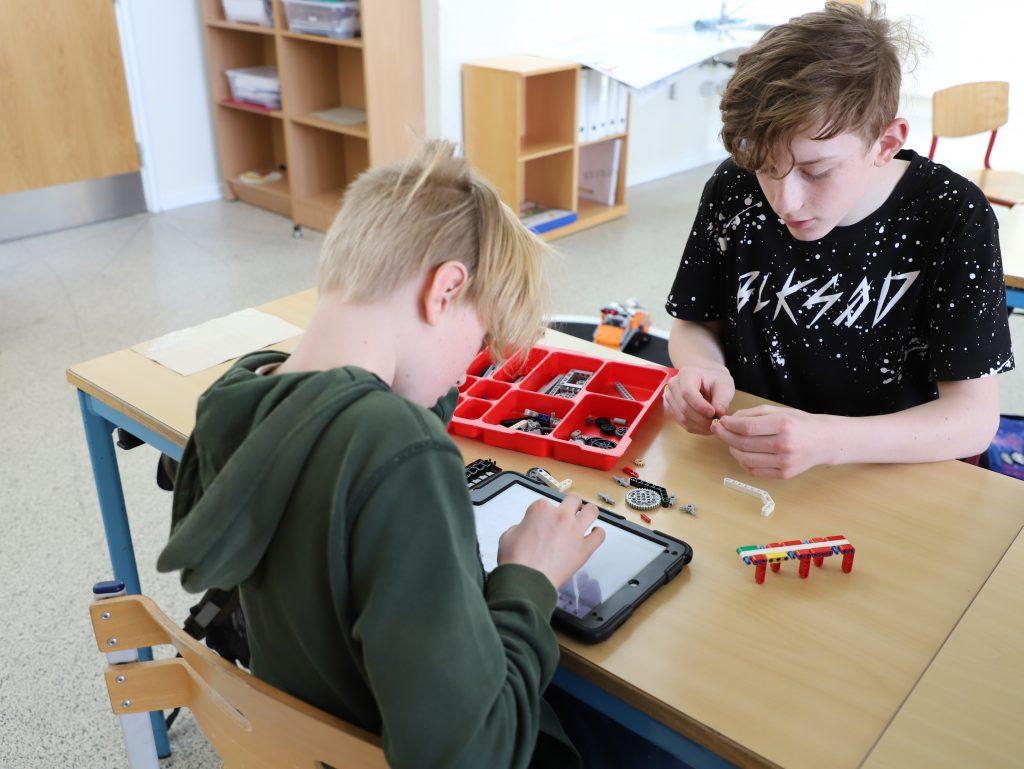 Elever der abejder med deres LEGO Mindstorms robot