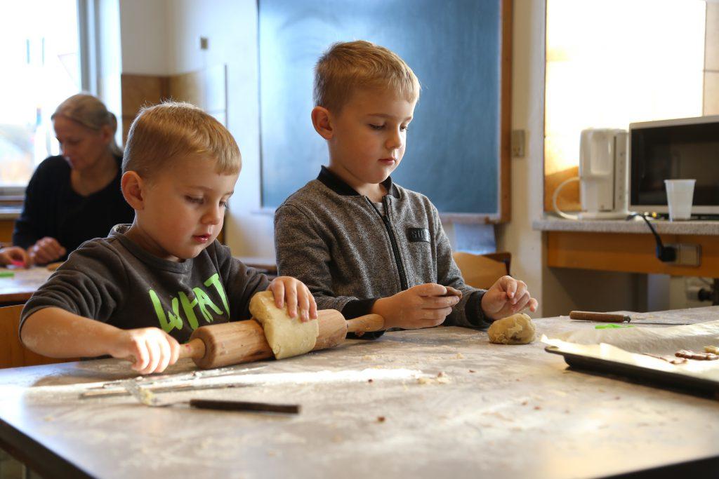 Dreng fra Føniks der har lillebror med til julebageriet