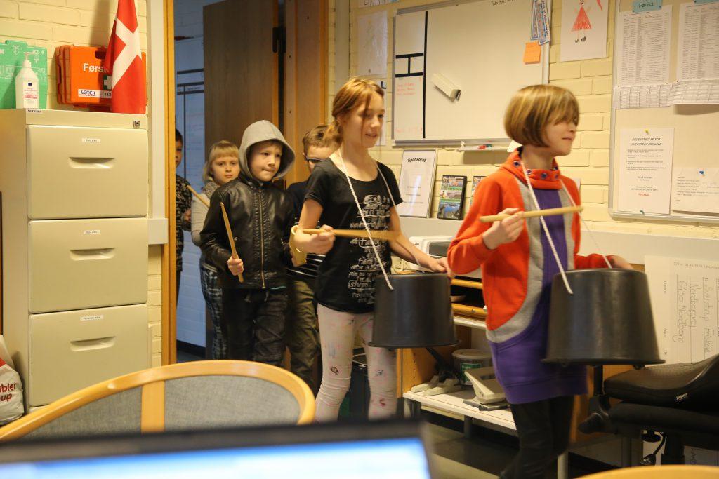 Eleverne øver stomp til årets teaterforestilling