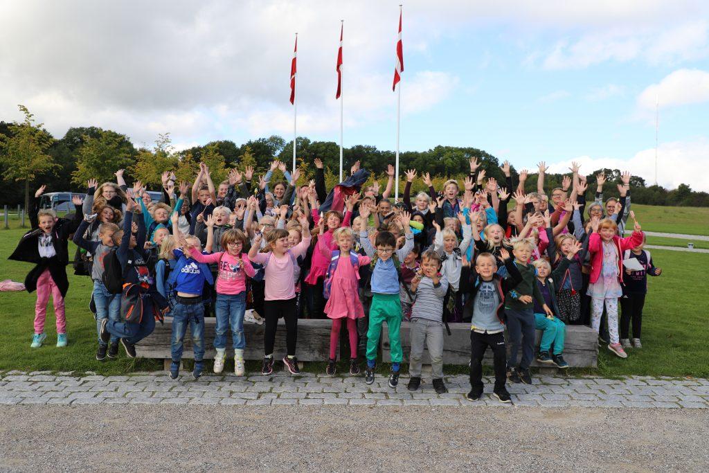 Galde børn efter veloverstået udflugt til Moesgaard museum