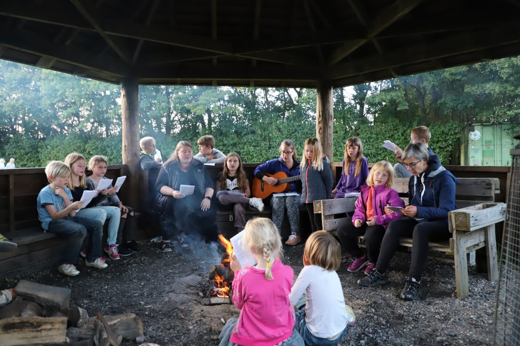 Bålhygge og fællessang