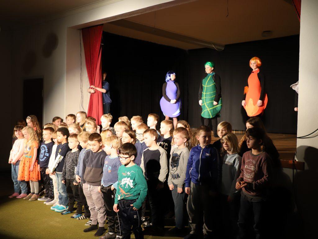 Friskolens mindste børn synger elementbørnenes sang