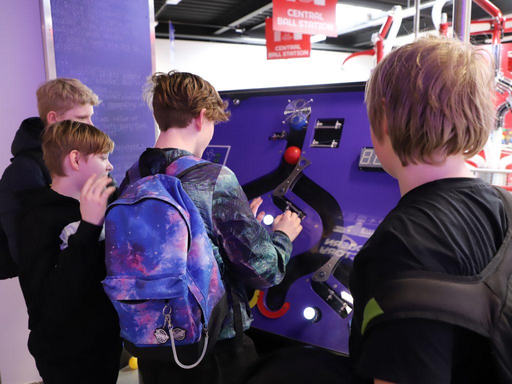 Drengene fra Andromeda eksperimenterer i Ball Factory