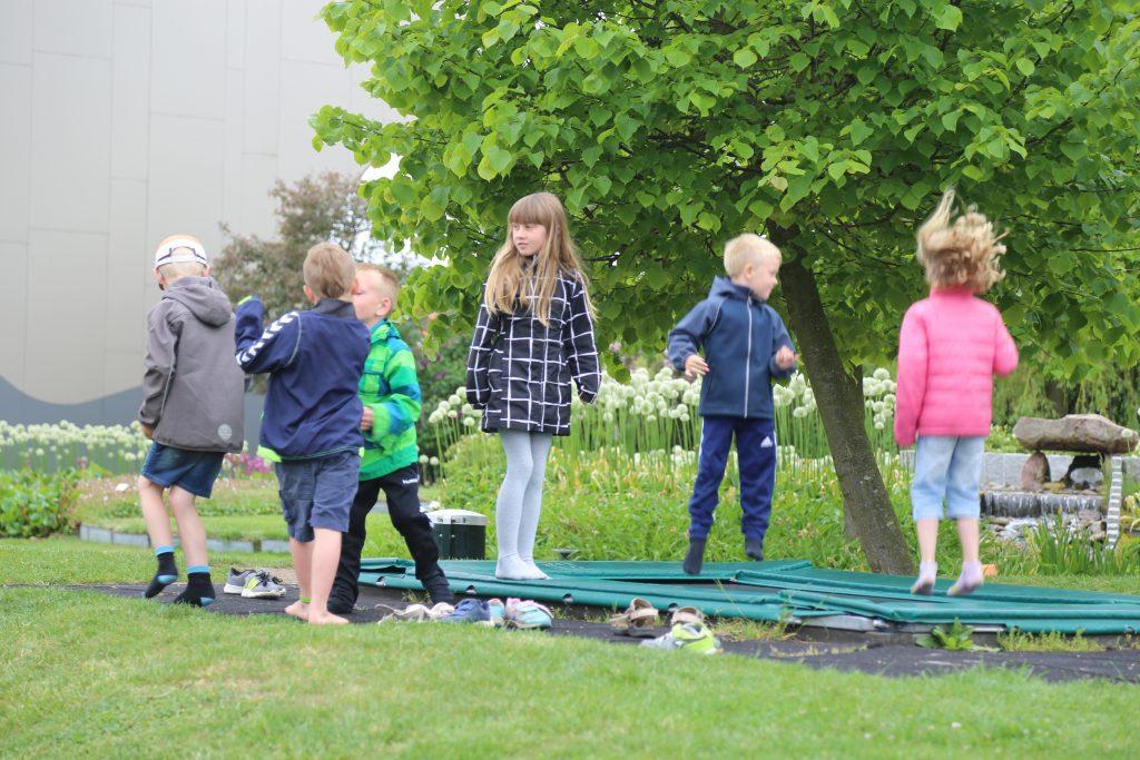 Børnene hygger sig på trampolinen