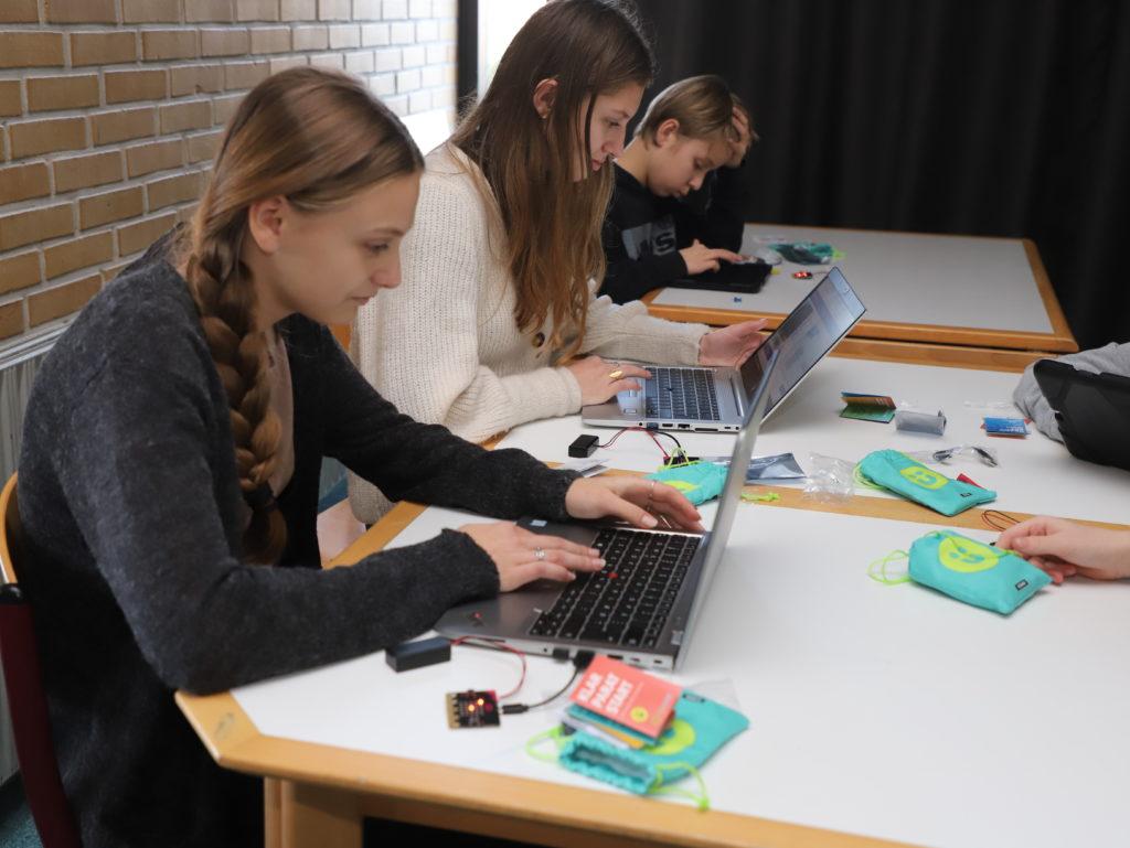 De store elever arbejder MICRO:BIT